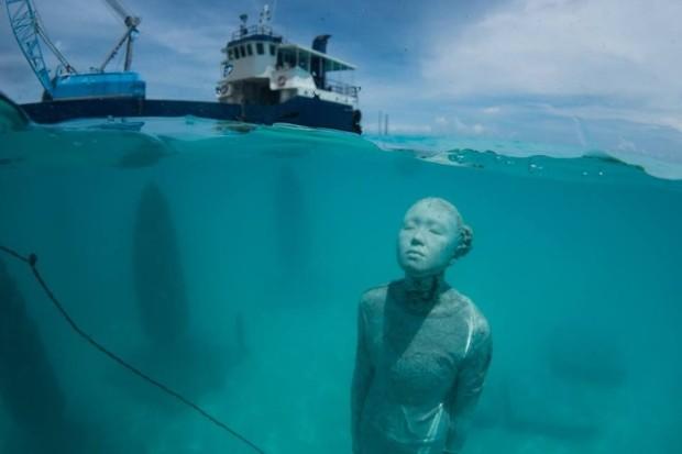Escultura submersa no Coralarium, do hotel Fairmont Maldives (Foto: Divulgação)