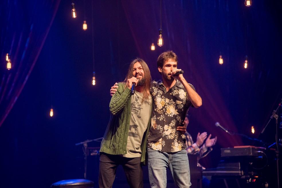 Armandinho e Vitor Isensee cantam a parceria dos compositores, 'Eu sou do mar' — Foto: Edu Defferrari / Divulgação