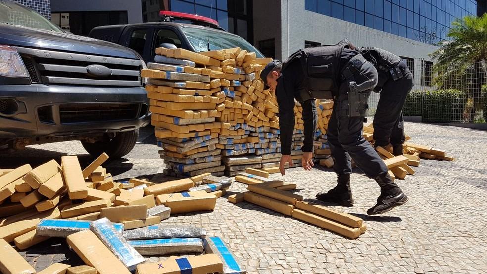 Após troca de tiros, polícia recupera 1 tonelada de maconha em carro e prende traficante (Foto: Rafael Miotto/G1)