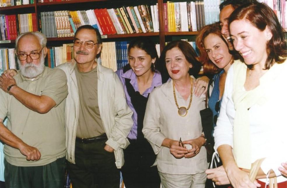 Leornardo Villar reunido com o elenco de 'Laços de Família' — Foto: Acervo Globo