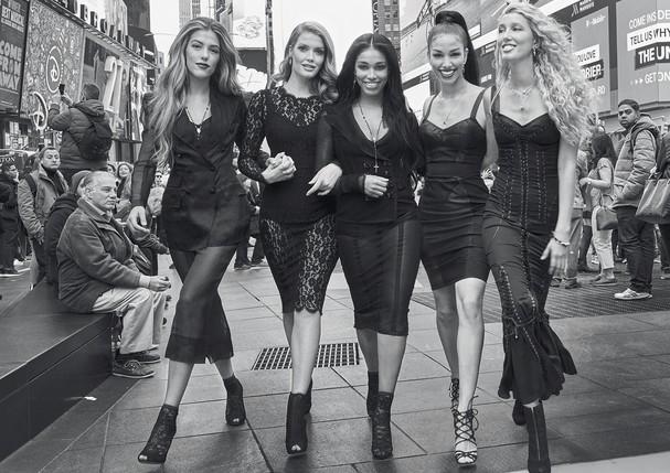Da esquerda para a direita, Sistine Stallone, Lady Kitty Spencer, Lori Harvey, Corinne Foxx e Maria-Olympia da Grécia e Dinamarca posam na Times Square, em Nova York, vestindo roupas e acessórios da coleção de verão 2018 da Dolce & Gabbana (Foto: Luca e Alessandro Morelli)
