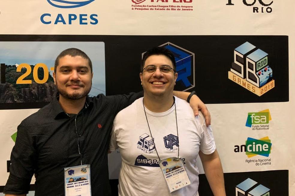 Rodrigo Motta, coordenador do curso de Jogos Digitais da Unifacisa, e Tácitto Mariano, criador do game 'Helpless' — Foto: Divulgação/Unifacisa
