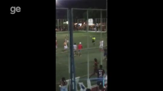 Jogadores e torcedores tentam agredir árbitro, que se esconde em banheiro durante torneio amador no AP