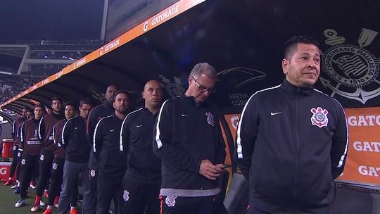 Médico do Corinthians usa celular no banco de reservas na partida contra o Millonarios; veja o vídeo
