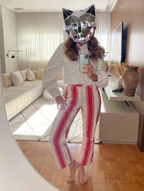 Fernanda Paes Leme surge com máscara da Gata Espelhada (Foto: Reprodução)