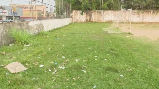 Moradores reclamam abandono de quadra esportiva e campo de futebol em Rio Branco