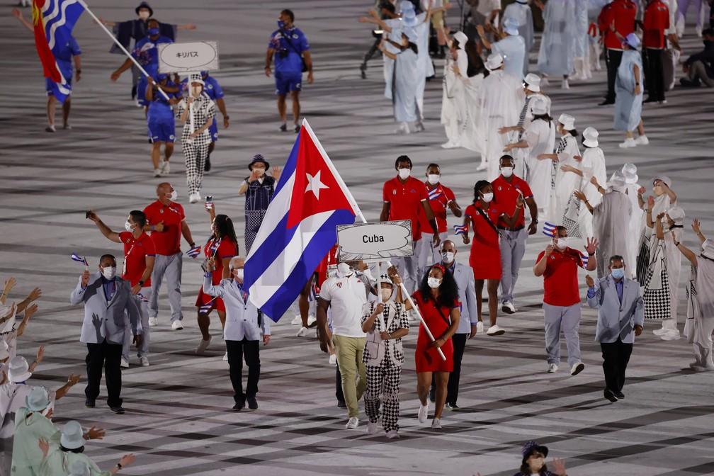 Mijain Lopez e Yaime Perez lideram parte da delegação de Cuba durante a cerimônia de abertura dos Jogos Olímpicos de Tóquio, no Japão — Foto: Phil Noble/Reuters
