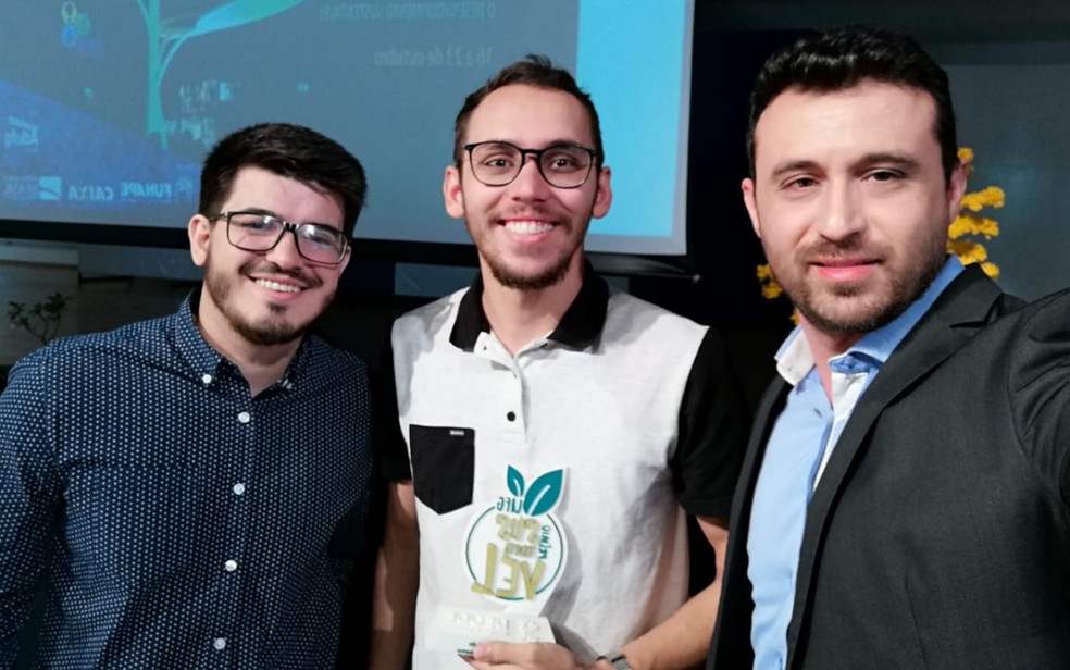 Matheus (no meio) foi premiado pela iniciativa — Foto: Arquivo pessoal