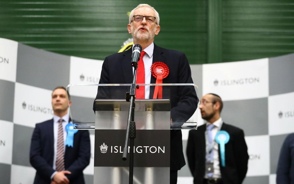 O líder do Partido Trabalhista britânico, Jeremy Corbyn, fala após anúncio de sua reeleição em centro de contagem de votos em Islington, Londres, na madrugada de sexta-feira (13) — Foto: Reuters/Hannah McKay