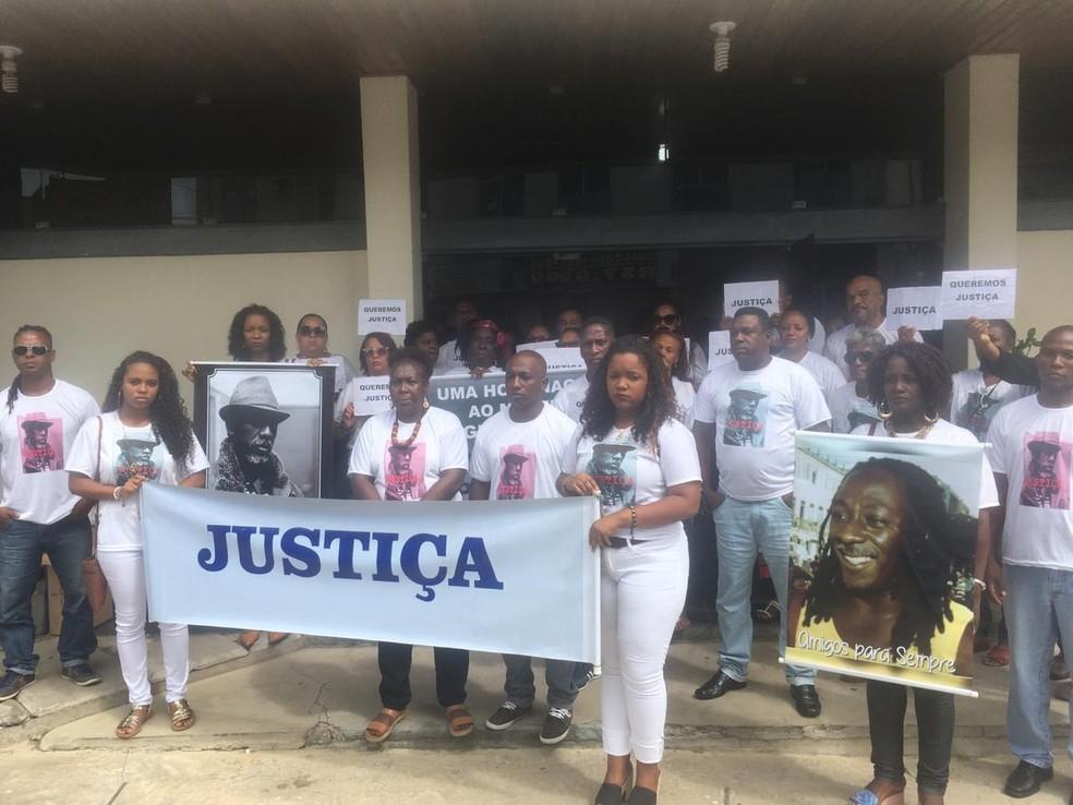 Amigos e familiares de Omolú no júri do homem apontado por matar o bailarino na Bahia — Foto: Eduardo Oliveira/TV Bahia