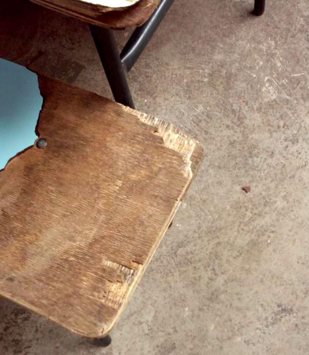 Situação de cadeiras com ferpas de madeira expostas também foi relatada como irregular pelos técnicos — Foto: TCE/Divulgação