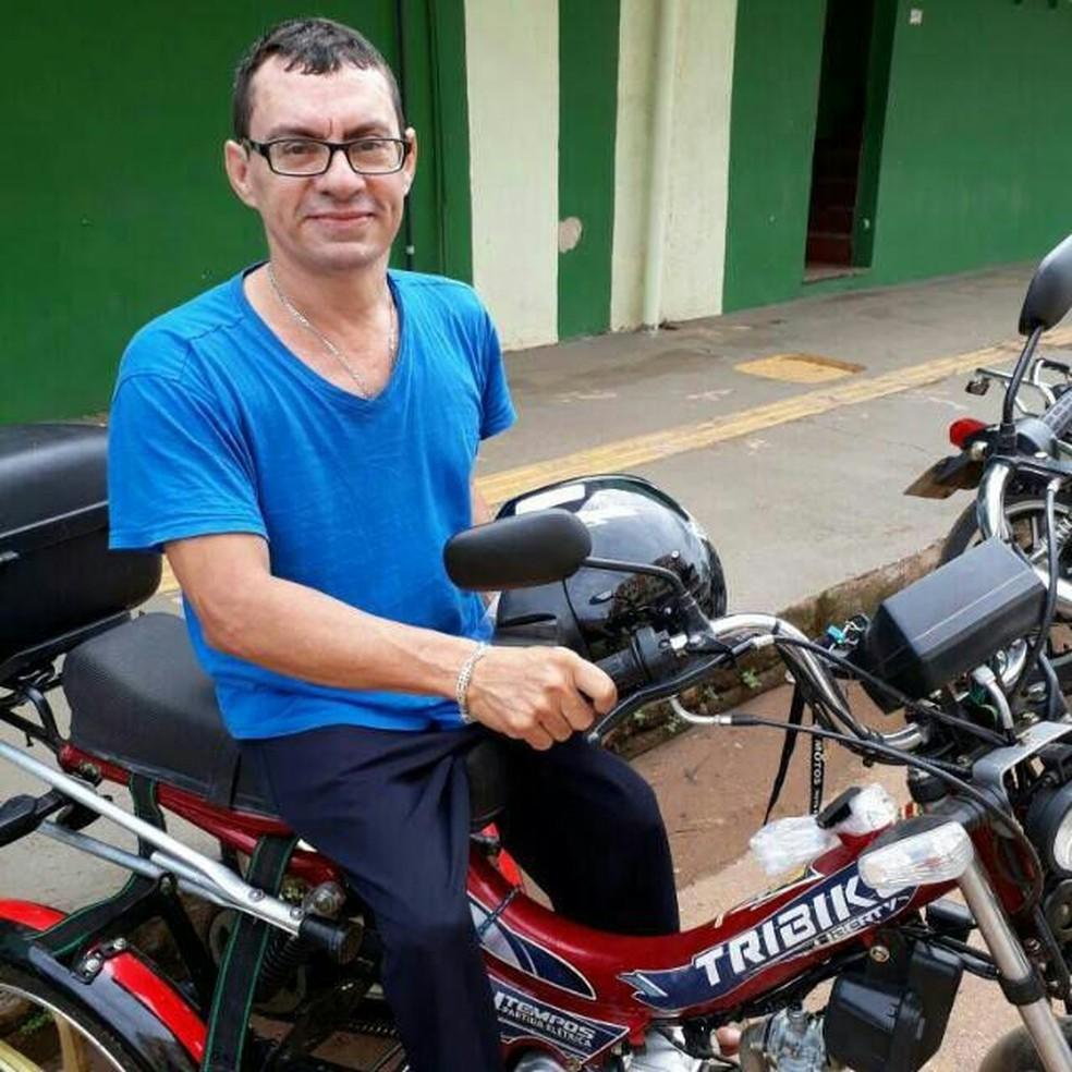 Josemar Carmo de Souza diz que depende da motoneta para se locomover pela cidade — Foto: Josemar Carmo/Arquivo pessoal