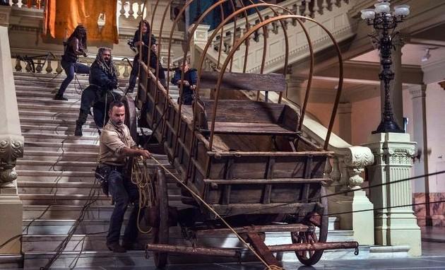 Personagens de 'The walking dead' na cena do Museu de História Natural (Foto: Divulgação)