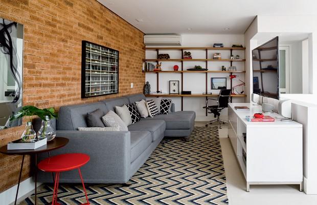 A parede deste espaço de lazer foi feita de Tijolo Inglês Duet, da Palimanan, deixando o ambiente ainda mais acolhedor (Foto: Edu Castello/Editora Globo)