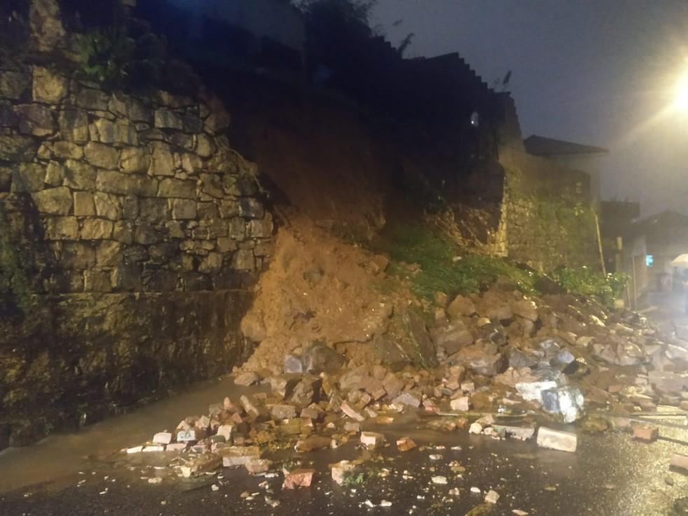 Morro de Santos registra deslizamentos após forte temporal — Foto: Arquivo Pessoal/Daniel Santana