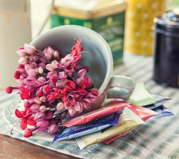 Para montar a mesa de chá para os convidados, dá até para montar um miniarranjo de flores na xícara que será usada (Foto: Lufe Gomes/Editora Globo)