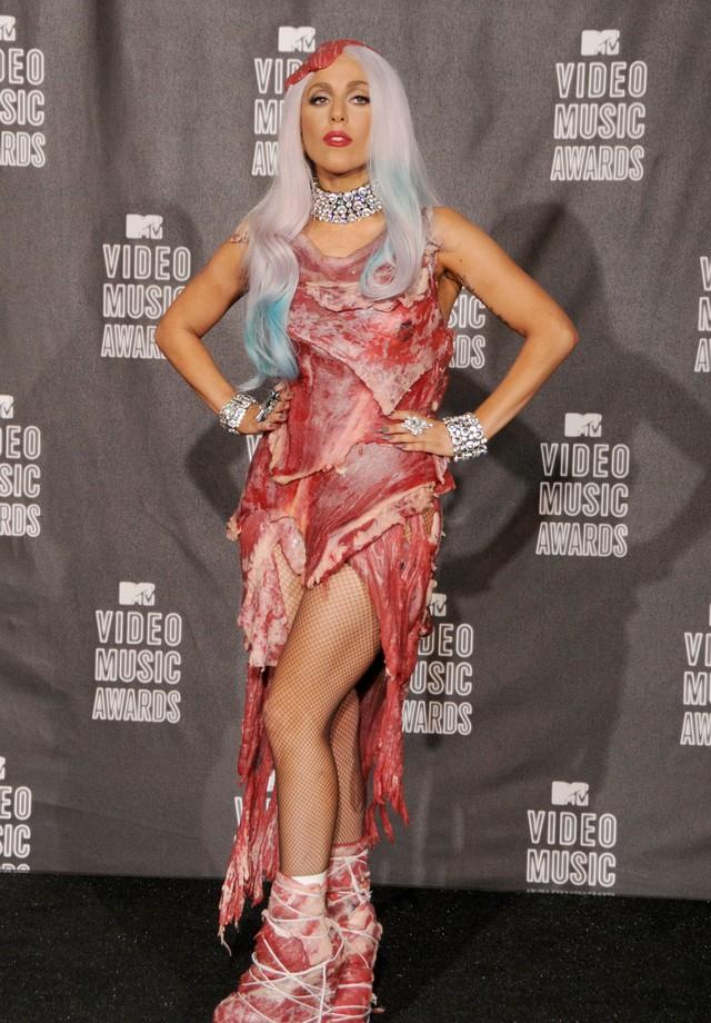 O vestido de carne de Lady Gaga (Foto: Getty Images)