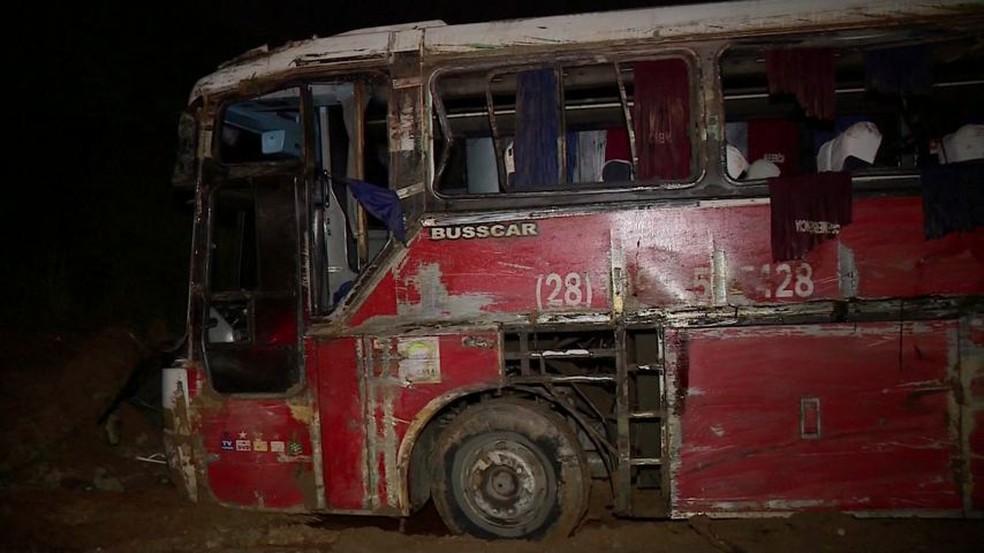 Ônibus que capotou em Alegre estava com pneus carecas, no ES — Foto: Reprodução/ TV Gazeta
