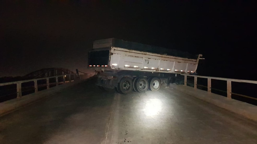 Carreta derrapou sobre a via fazendo um L e colidindo com a defensa da ponte — Foto: Divulgação/Polícia Rodoviára Federal