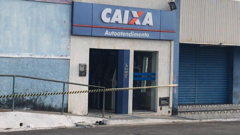 Criminosos explodiram caixa eletrônico em agência bancária no centro de São Gonçalo do Amarante, na madrugada desta quinta (6). Local foi isolado pela polícia — Foto: Kleber Teixeira/Inter TV Costa Branca