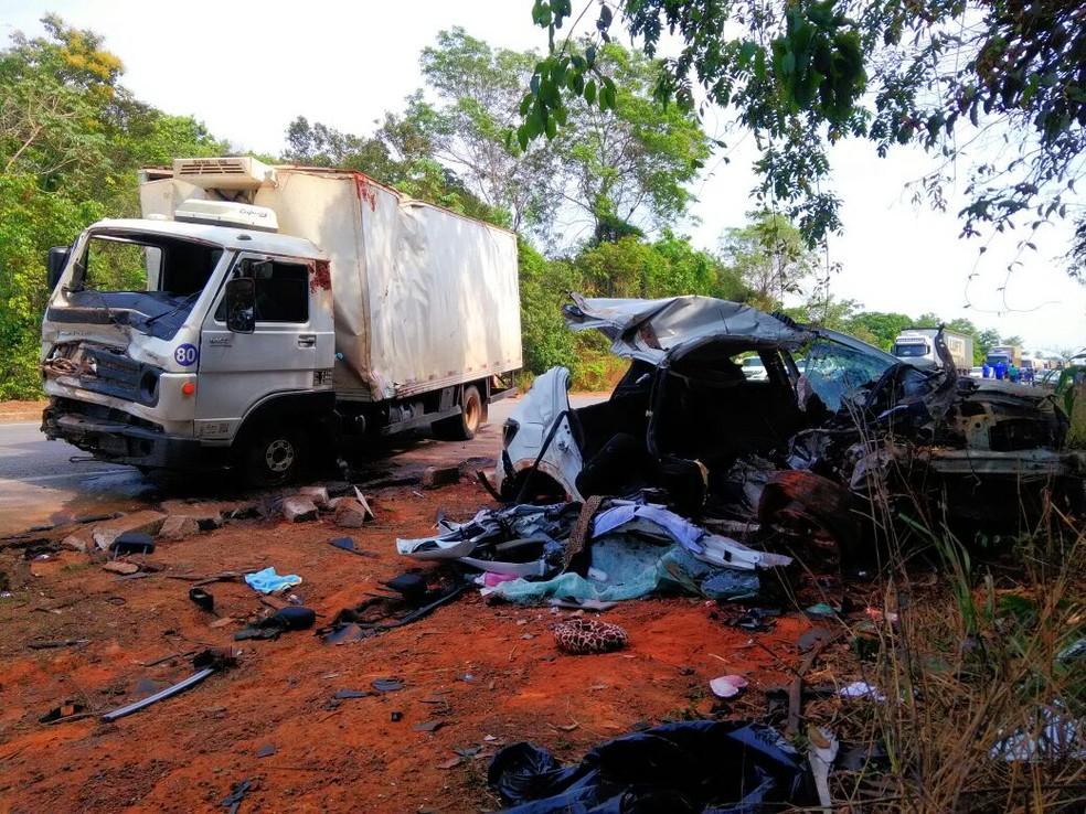 Carro e caminhão bateram de frente na BR-163, em Sinop (Foto: Samuel Almeida/TVCA)