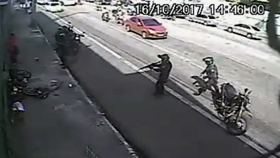 Policiais presenciam assalto e prendem suspeitos na Avenida Carapinima, em Fortaleza (Foto: Reprodução)