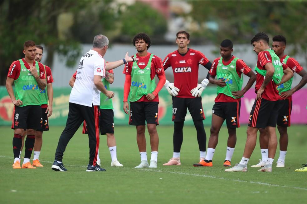 Dorival Junior conversa com grupo em seu primeiro treino no Flamengo  — Foto: Gilvan de Souza