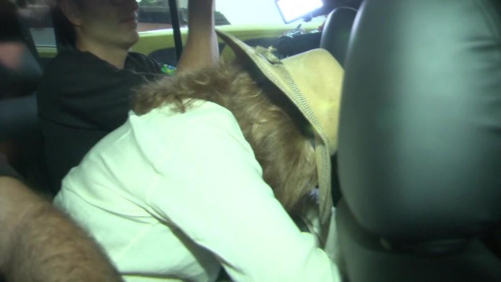 Daisy Tsezanas foi levada pela Polícia Federal por volta das 9h desta terça-feira (4) (Foto: Felipe Azevedo/ TV Globo)