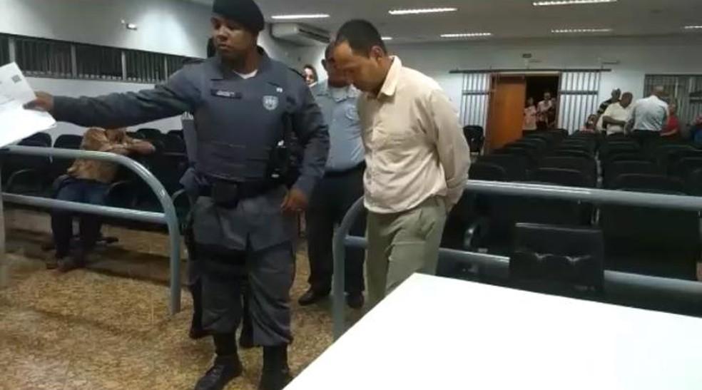 Acusado de matar família em jogo de RPG saiu do julgamento algemado — Foto: Tiago Félix/ TV Gazeta