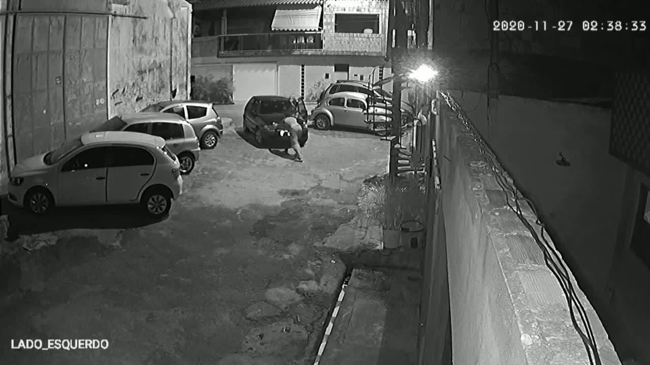 Homens destravam e roubam carro no Barro Duro, em Maceió