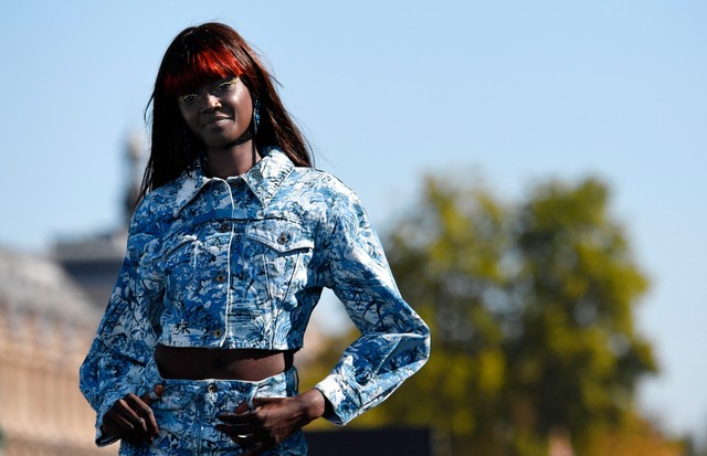 Australian model Duckie Thot presents a creation for L'Oreal during the Spring-Summer 2019 Ready-to-Wear collection fashion show in Paris, on September 30, 2018. (Photo by Alain JOCARD / AFP)        (Photo credit should read ALAIN JOCARD/AFP/Getty Images) (Foto: AFP/Getty Images)
