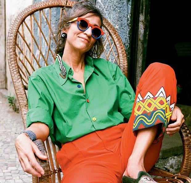 Camisa (R$ 1.953), calça (R$ 2.500), óculos (R$ 1.140) e brincos (R$ 875) (Foto: Tinko Czetwertynski)