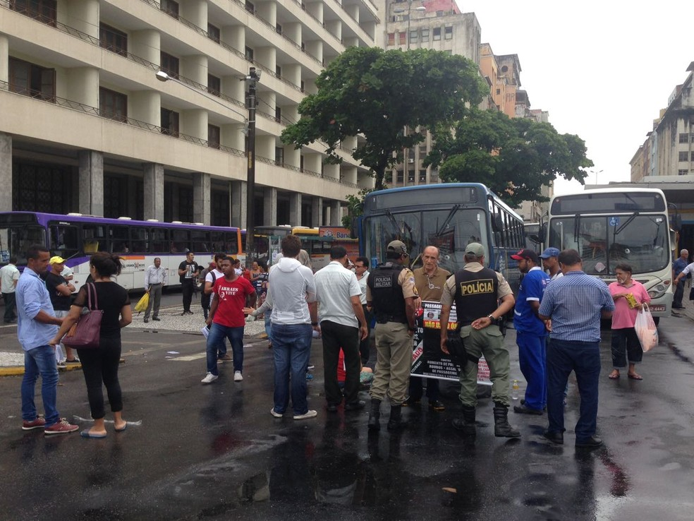 Polícia Militar foi acionada para acompanhar a manifestação no Centro do Recife (Foto: Wagner Sarmento/TV Globo)