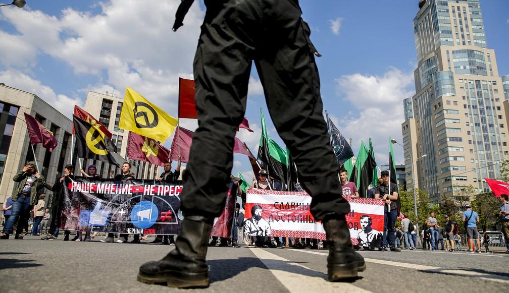 Manifestantes protestam por internet livre em Moscou, Rússia, neste domingo (13). (Foto: Maxim Zmeyev/AFP)