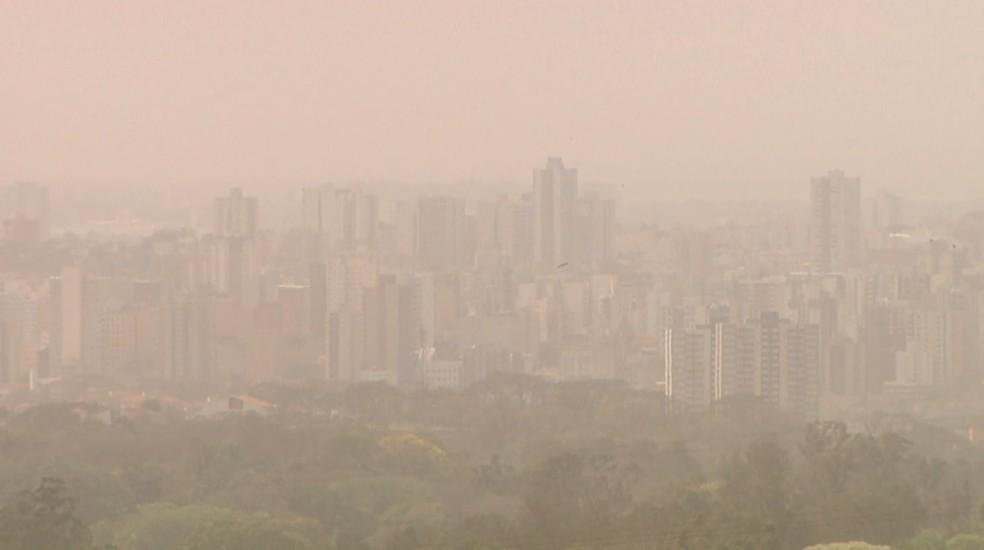 Nuvem de fumaça encobre Ribeirão Preto (SP) na tarde de quinta-feira (19) — Foto: Reprodução/EPTV