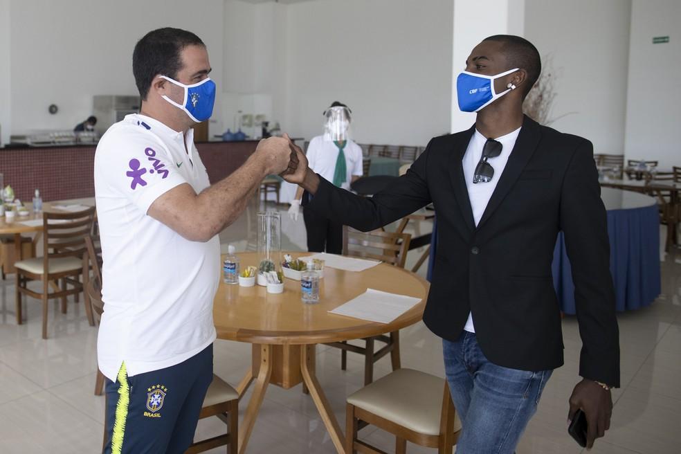 Ramon cumprimenta o técnico André Jardine, da seleçao sub-20 — Foto: Lucas Figueiredo / CBF