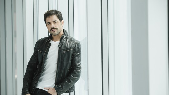 Pedro Carvalho se diverte com seus pares românticos na ficção: 'Já fui chamado de galã da diversidade'
