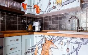 Casa ganha mural e armários ilustrados