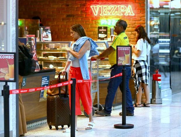 Deborah Secco no aeroporto (Foto: AgNews)
