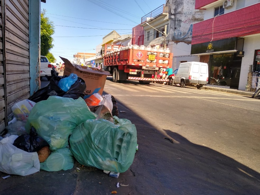 Garis entraram em greve por falta de equipamento de segurança e pagamento, em Patos, no Sertão da PB — Foto: Epitácio Germano/Arquivo Pessoal