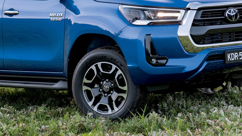 As rodas em dois tons têm 18 polegadas e design exclusivo nas versões topo de linha — Foto: Divulgação
