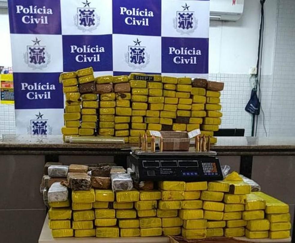 Dupla é presa após ser flagrada com quase 200 kg de maconha no bairro de Itapuã, em Salvador — Foto: Divulgação/Polícia Civil