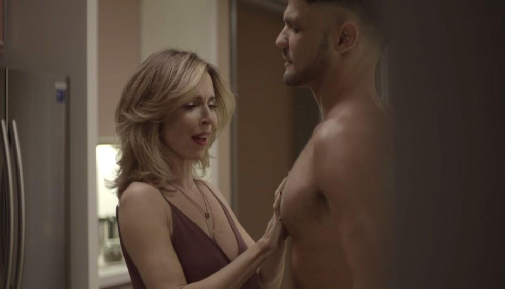 Lyris fica admirada com a beleza do entregador — Foto: TV Globo