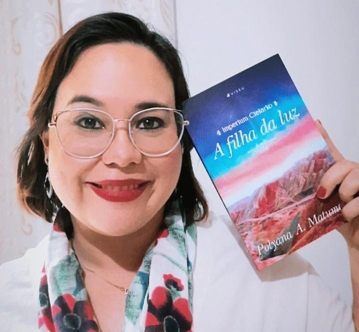 Durante tratamento de câncer de mama maligno, escritora de Uberlândia encontra fuga na literatura e escreve livro de ficção