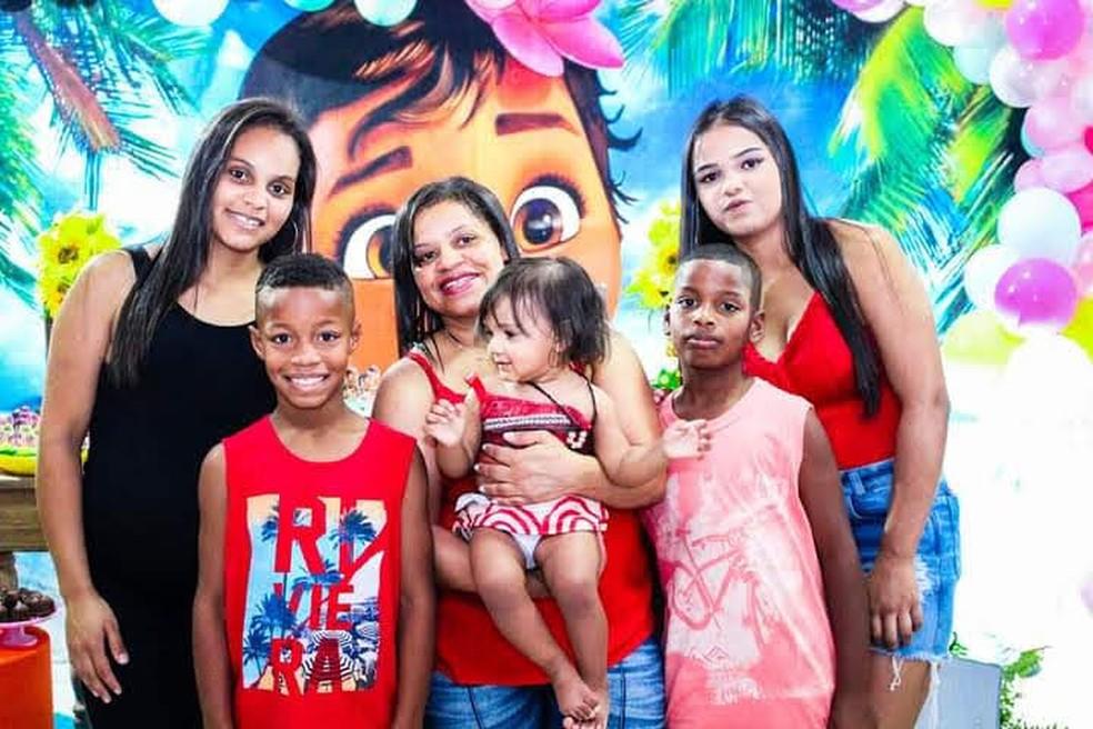 Nena e sua família: Jéssica e Lorrany, os gêmeos Maxsuell e Rikelmy, e a neta Eloah — Foto: Arquivo pessoal