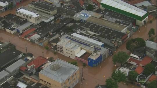 Temporal deixa mortos e alaga ruas em SP e no ABC