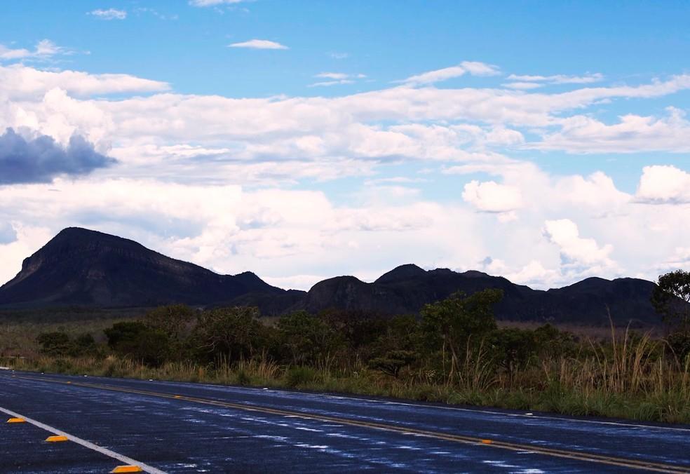 Cerrado desmatado ao lado de rodovia (Foto: BBC)