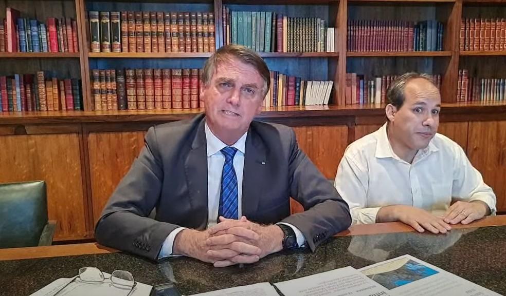 O presidente Jair Bolsonaro durante transmissão ao vivo em rede social nesta quinta-feira (14). — Foto: Reprodução/Youtube