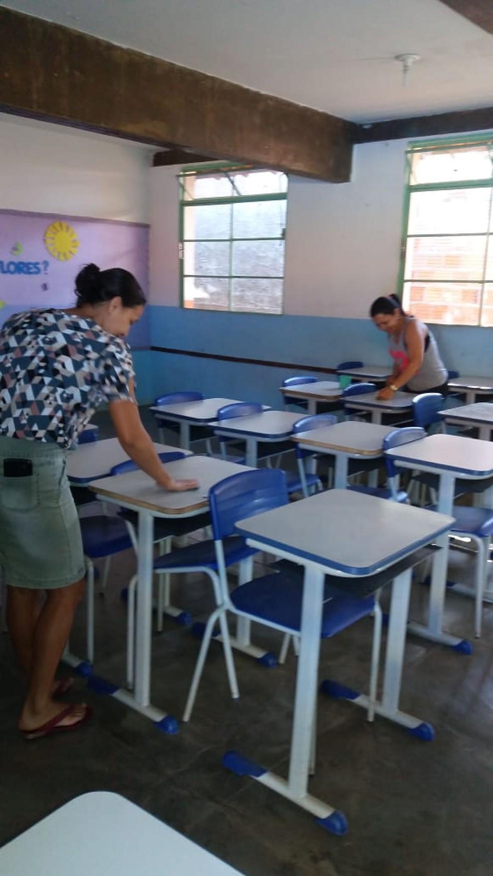 Funcionários fazem mutirão de limpeza em escola em Mirabela — Foto: Escola Municipal Eva Ruas / Divulgação