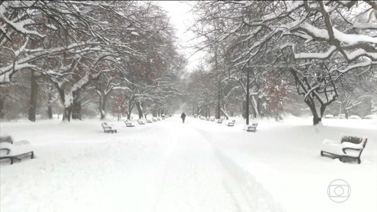 Tempestade de neve nos EUA fecha escolas e cancela voos